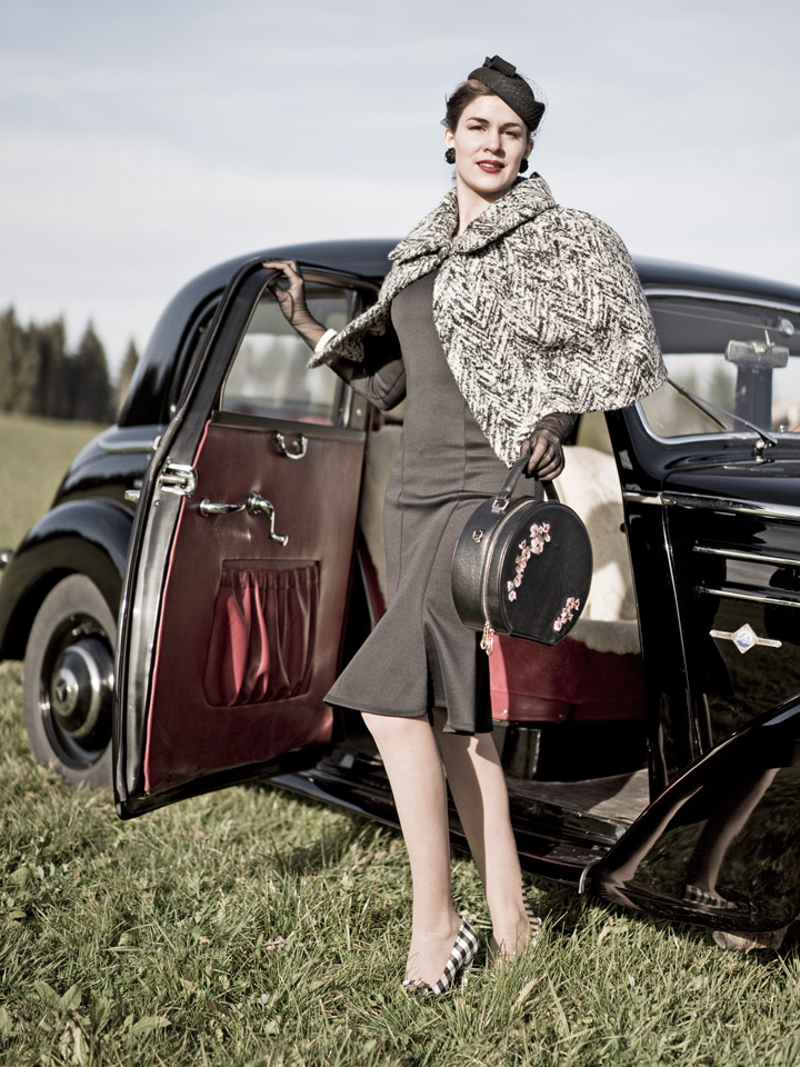 RetroCat in einem schwarzen Kleid und einem Cape von Von 50'
