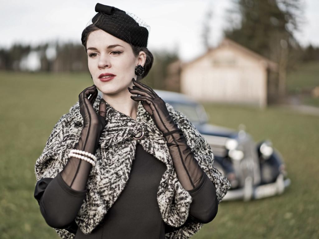 RetroCat mit langen Handschuhen von Secrets in Lace im Vintage-Look