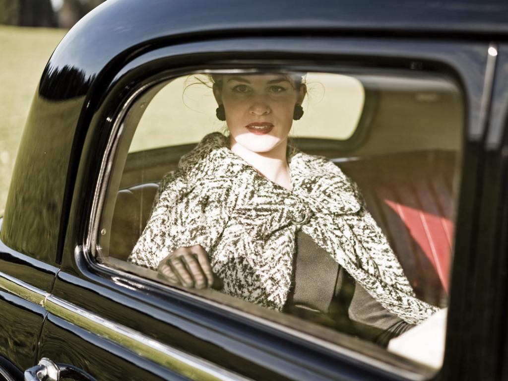 RetroCat mit einem Cape auf der Rückbank des Mercedes-Benz 170 DS