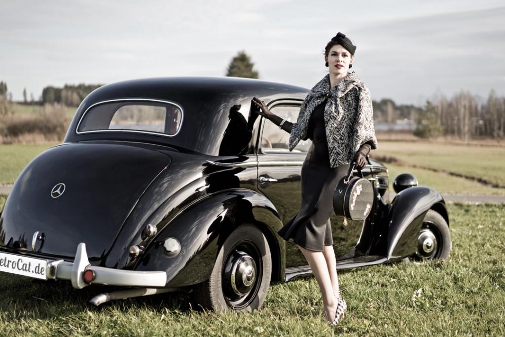 RetroCat im 50er-Look neben einem Oldtimer von Mercedes-Benz