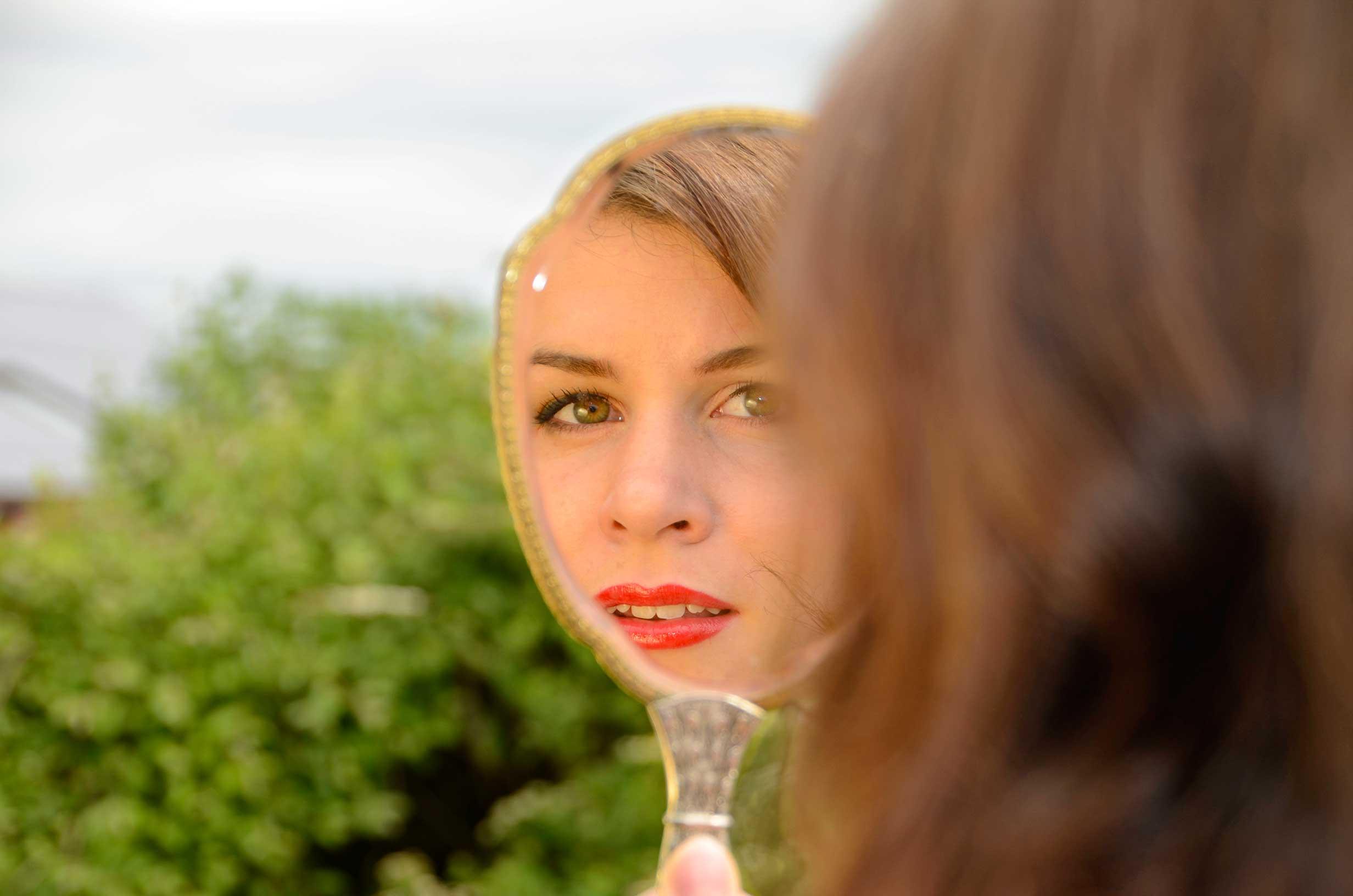 RetroCat mit klassichem Make-up und Spiegel
