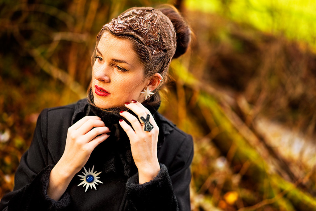 RetroCat mit Vintage-Accessoires sowie Ring, Ohrringen und Brosche von Glitter Paradise