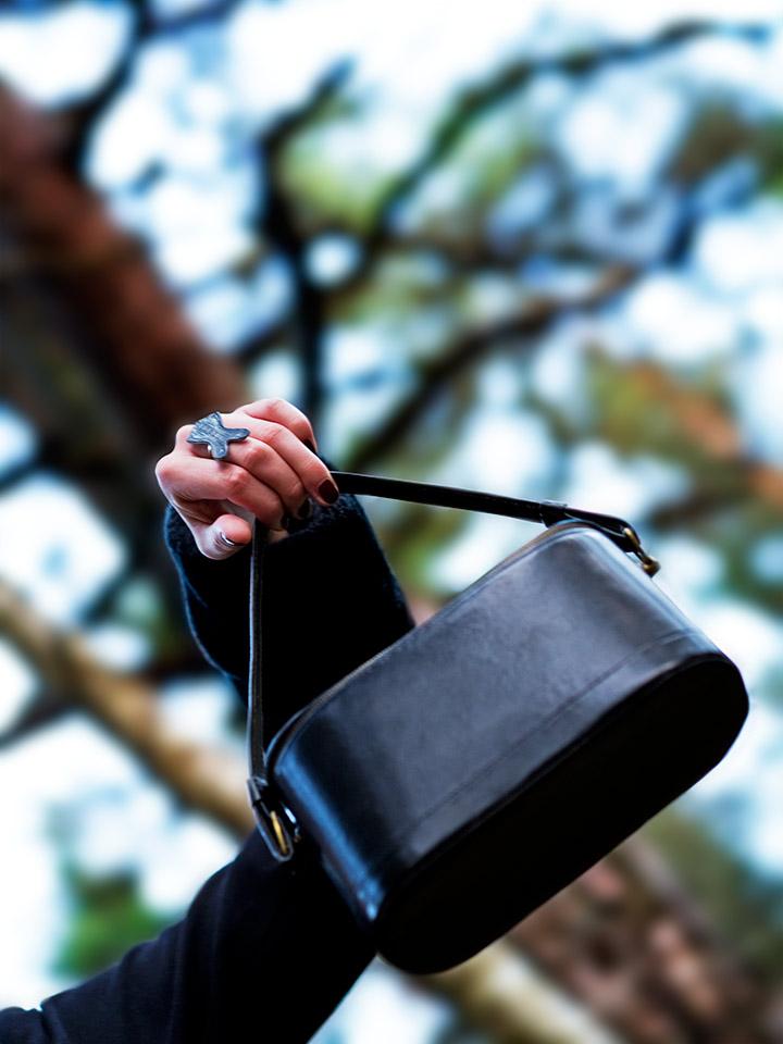 RetroCat mit einem Ring in Form eines Korsetts und Vintage-Tasche