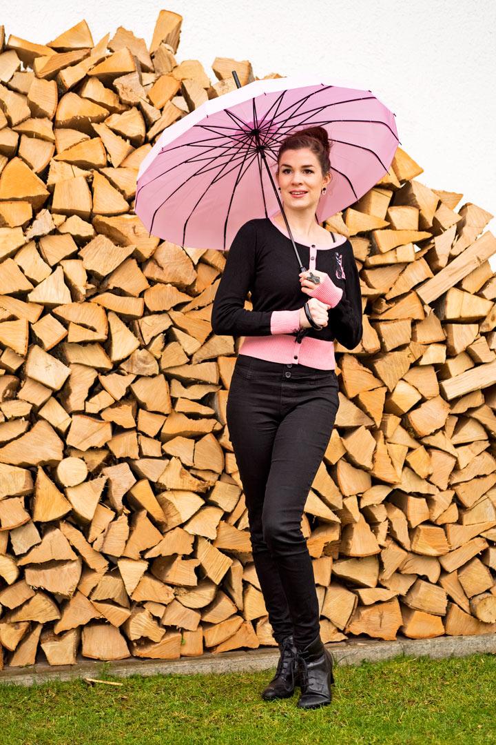 RetroCat mit einem Schirm im Asia-Stil und einer Strickjacke