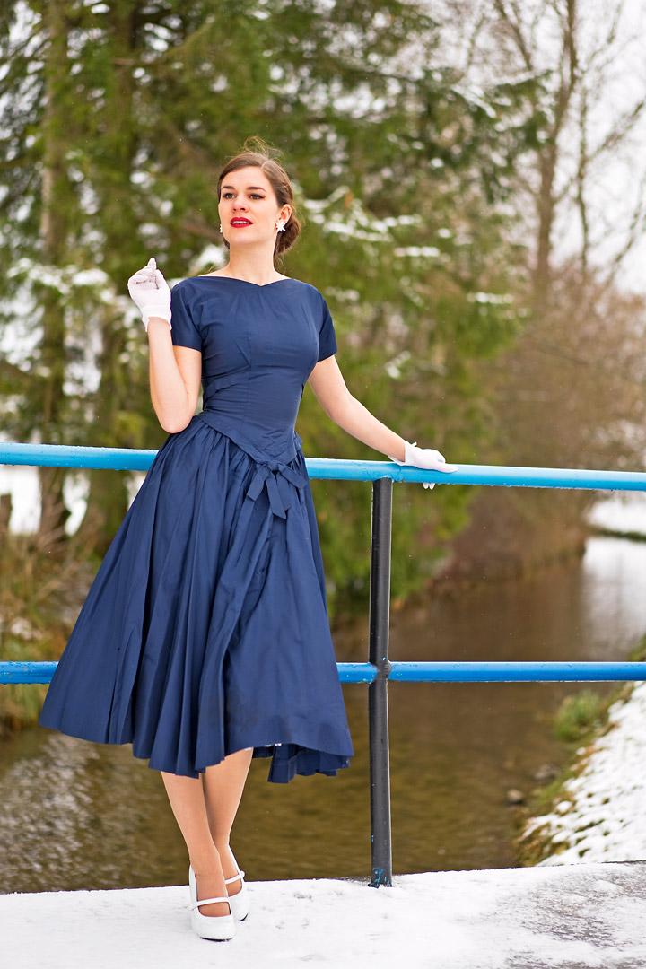 RetroCat mit Vintage-Kleid und Handschuhen