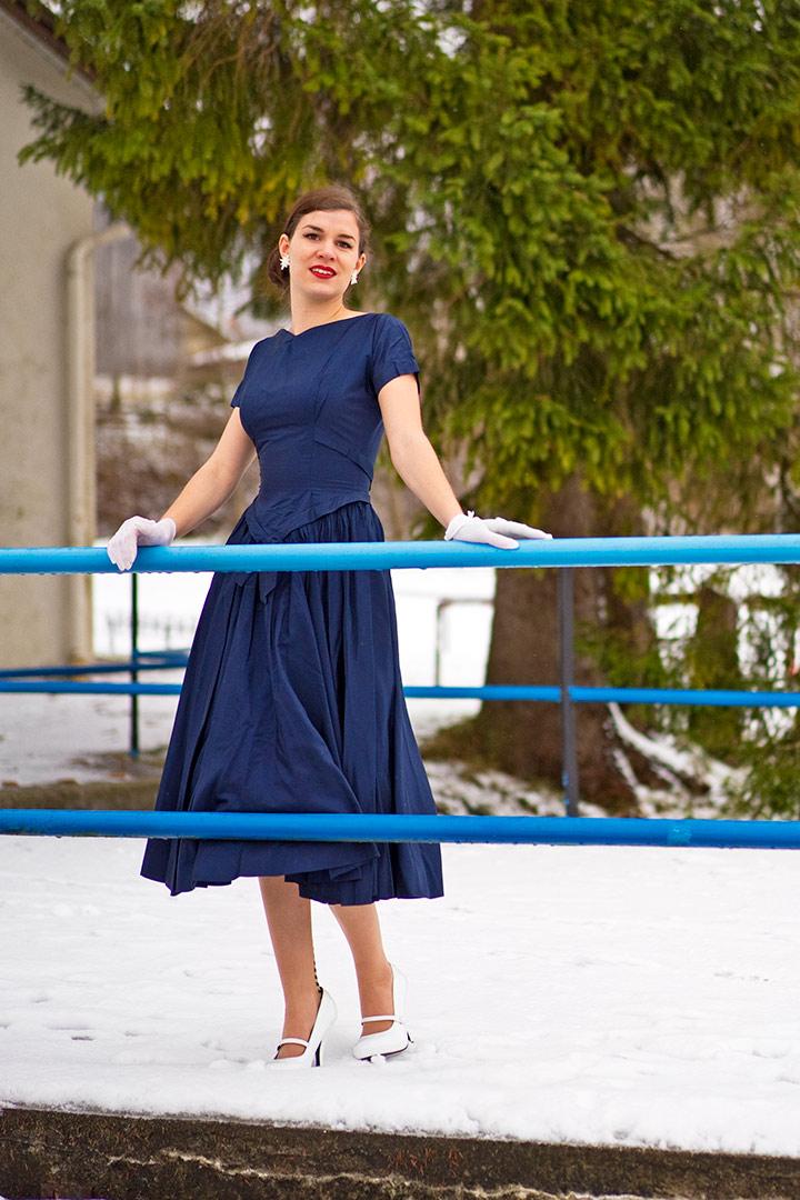 RetroCat in einem navy- bzw. marineblauen 50er-Jahre-Kleid
