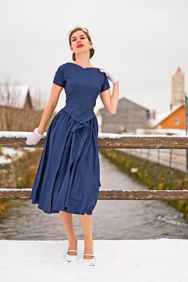 RetroCat in einem Kleid aus den 50ern