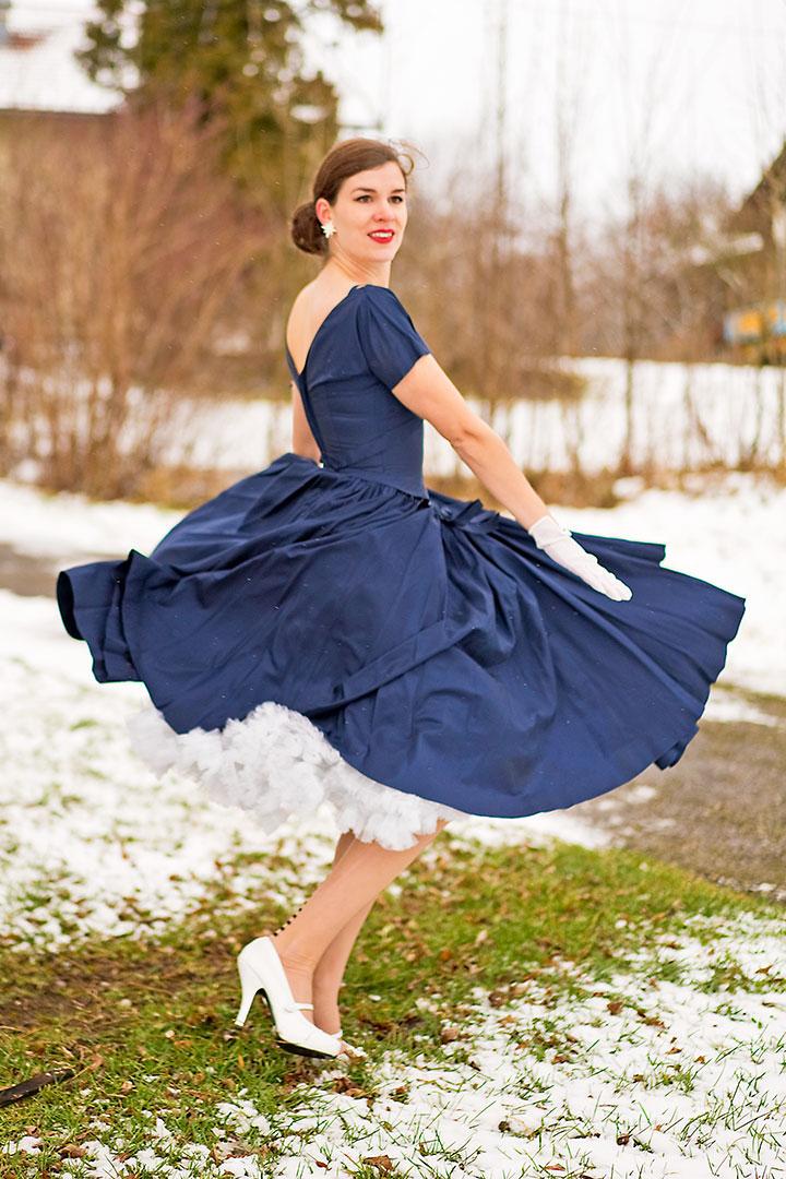 RetroCat in einem Swing-Kleid aus den 50ern