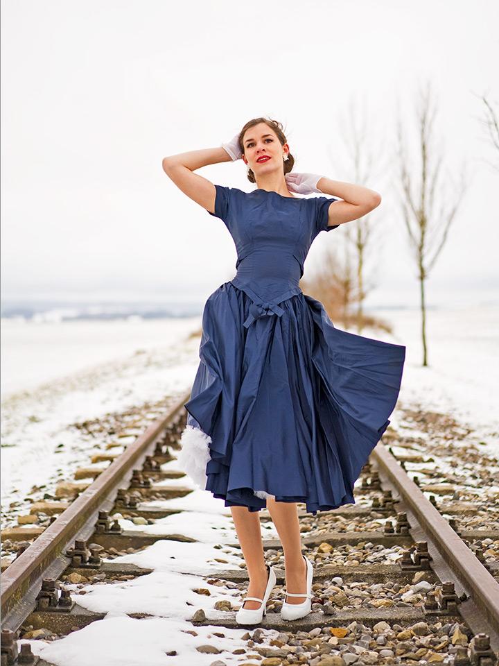 RetroCat in einem originalen Vintage-Kleid aus den 50ern