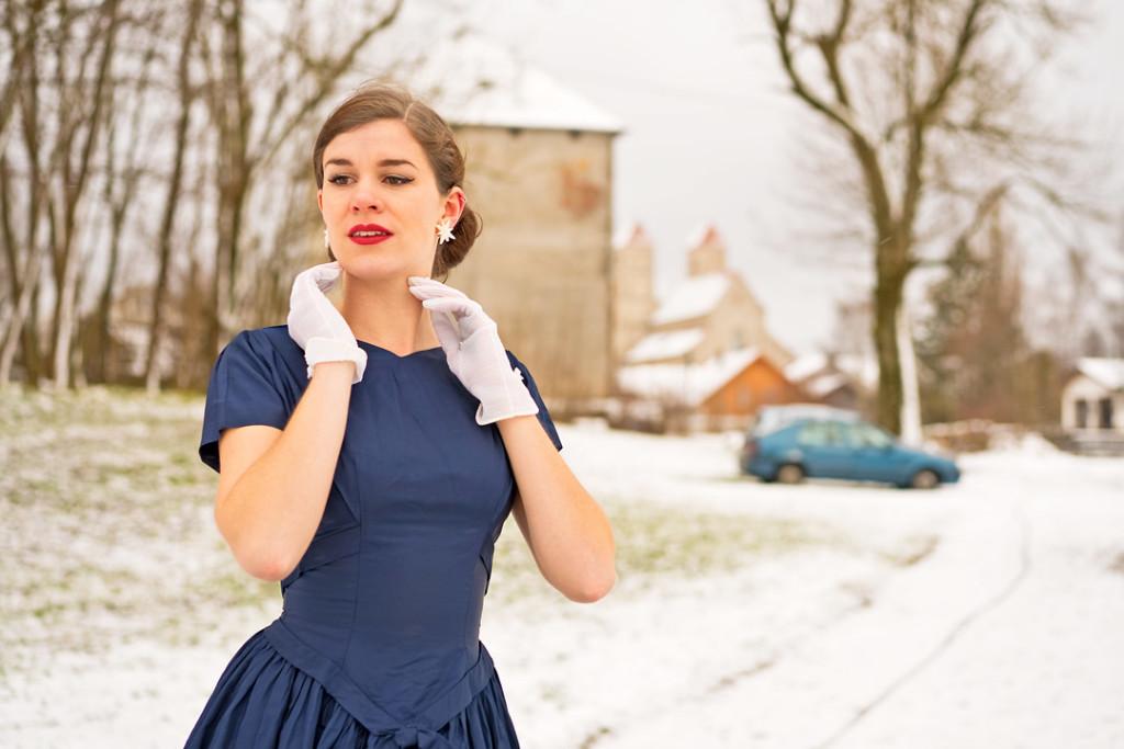 RetroCat mit weißen Vintage-Handschuhen