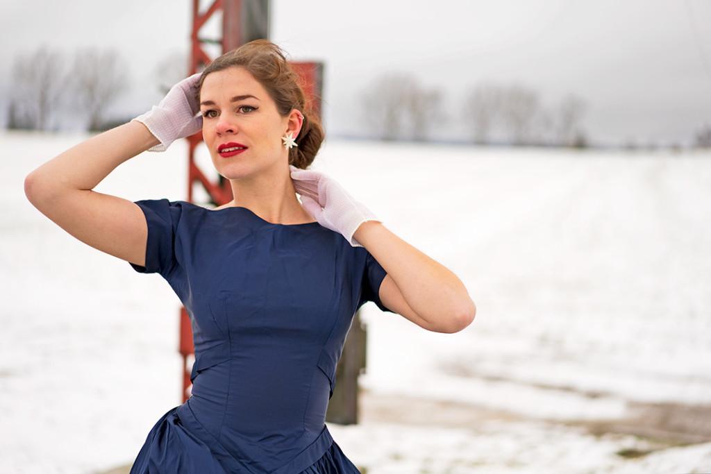 RetroCat im Vintage-Kleid und mit weißen Accessoires