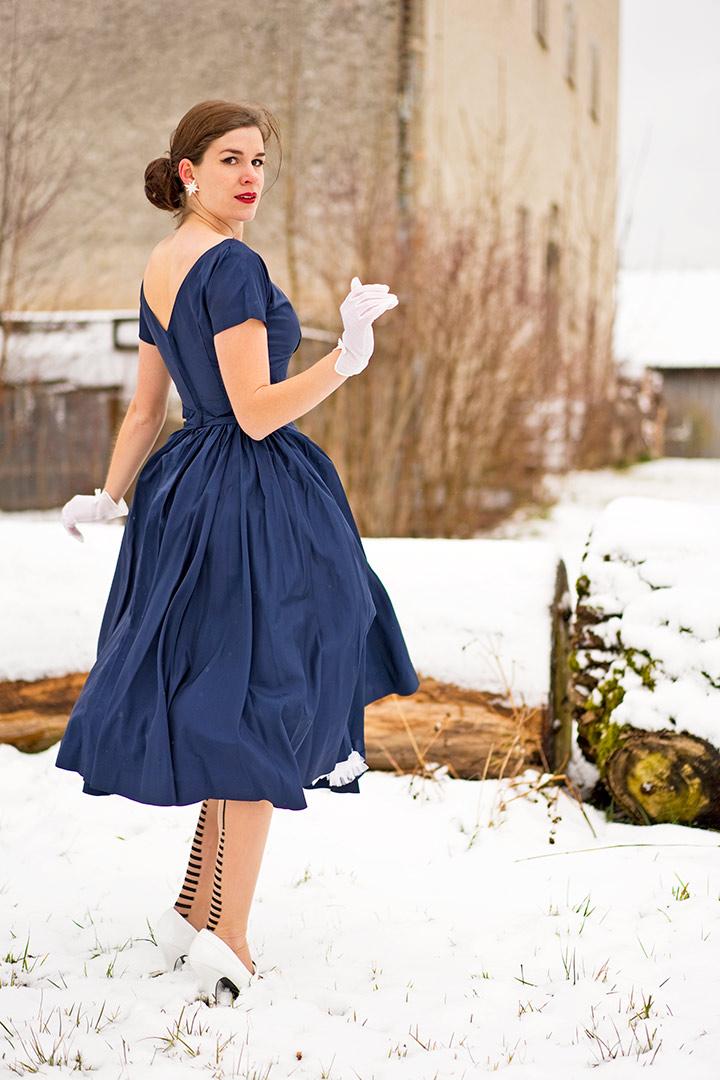 RetroCat in einem 50er-Jahre-Kleid mit V-Rückenausschnitt