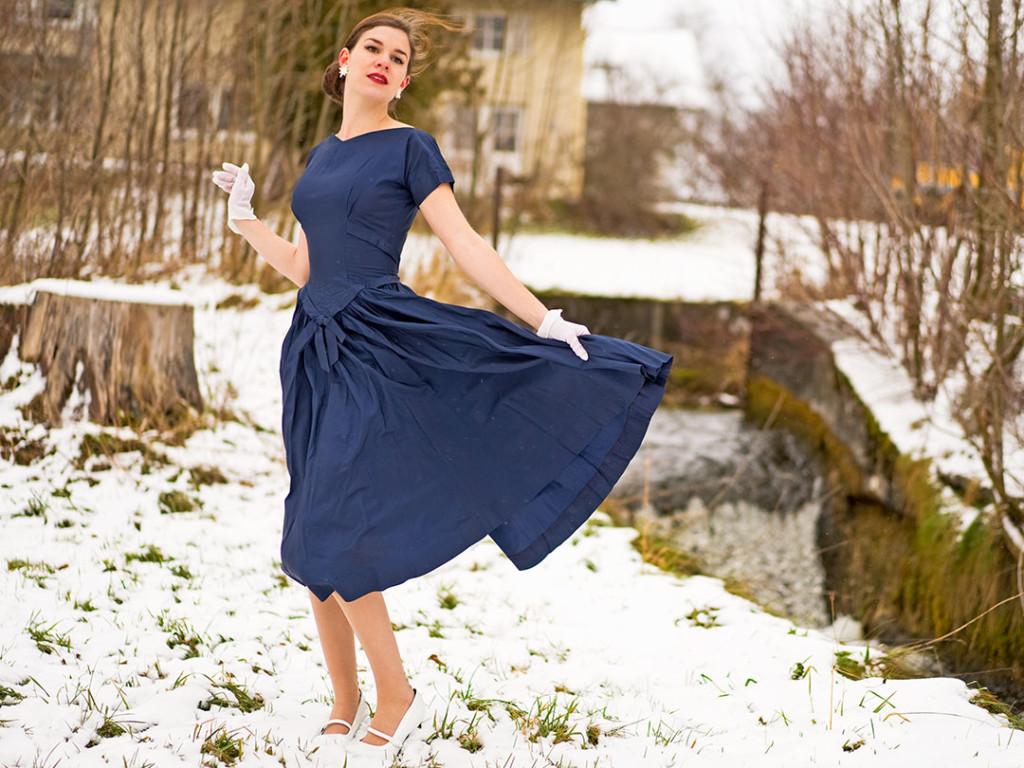 RetroCat in einem blauen Retro-Kleid