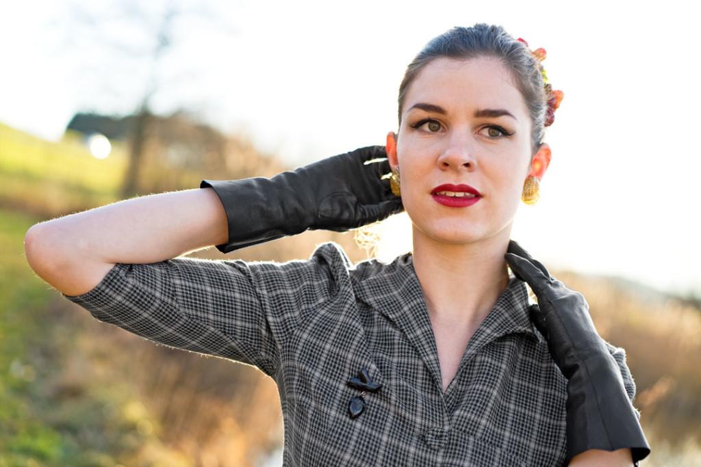 RetroCat mit Handschuhen und Ohrringen von Glitter Paradise