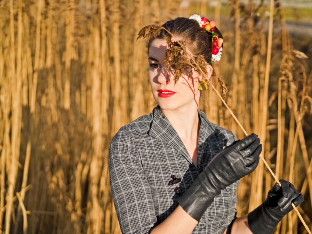 RetroCat im Retro-Kleid und mit einer Haarblume von SophisticatedFlowers