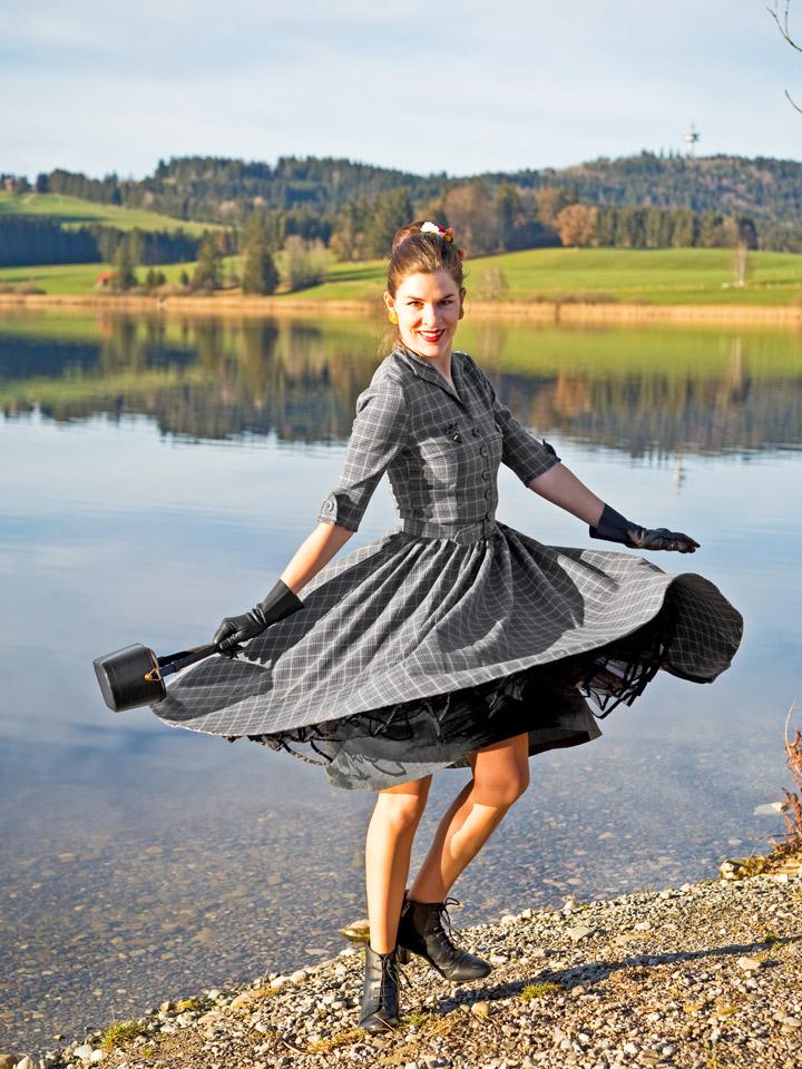 RetroCat in einem von Idda van Munster entworfenen Swing-Kleid