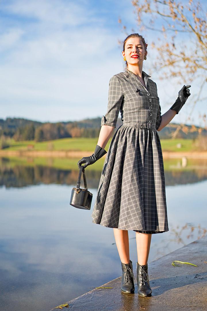 RetroCat in einem Karo-Kleid von Miss Candyfloss