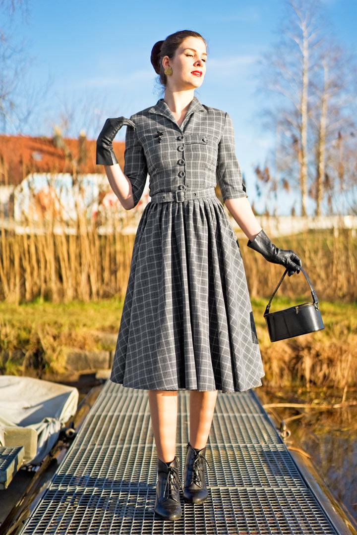 RetroCat in einem Kleid im Vintage-Stil