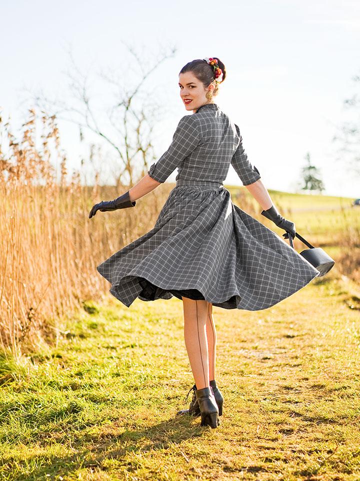 RetroCat mit Swing-Kleid und Nahtstrümpfen