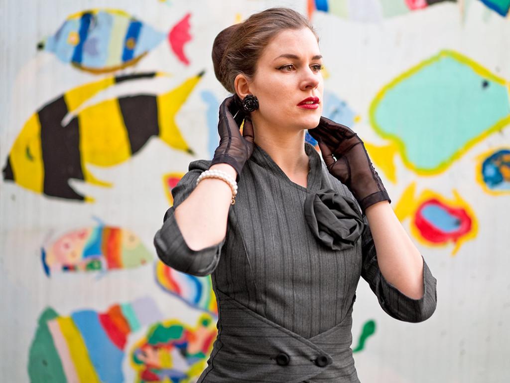 RetroCat mit Retro-Kleid und Handschuhen
