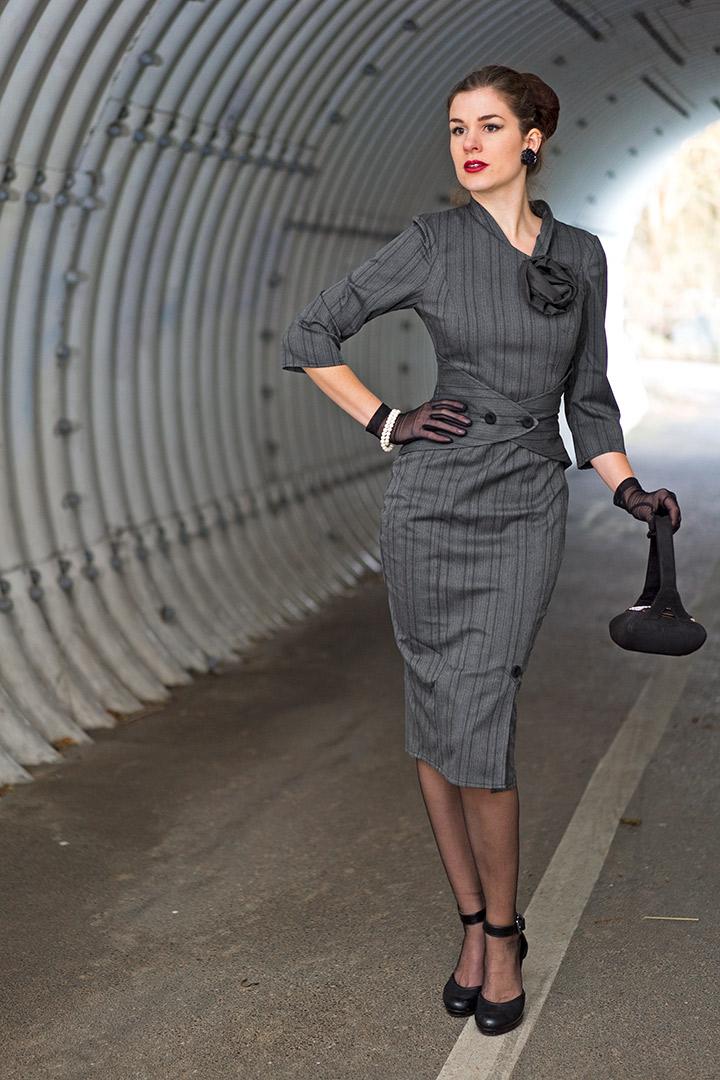 RetroCat in einem grauen Retro-Kleid von Miss Candyfloss