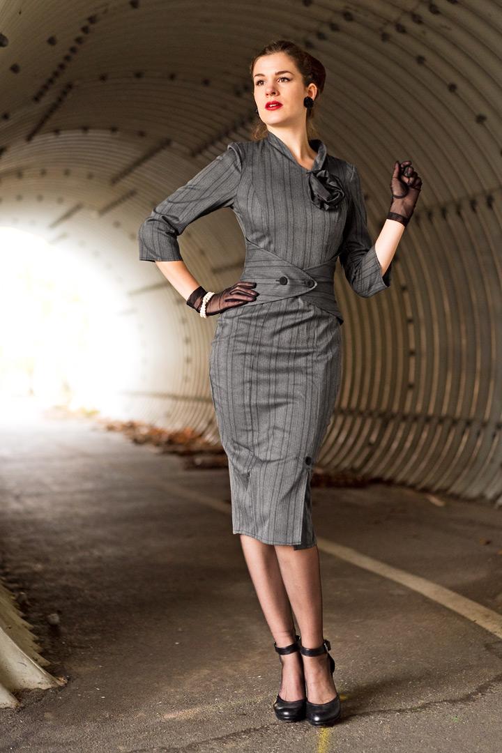 RetroCat im gestreiften Idda van Munster 50's Wiggle Dress
