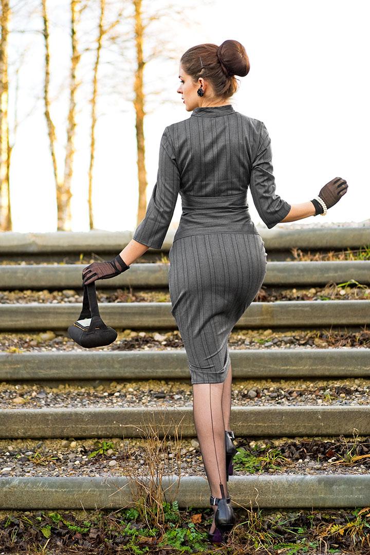 RetroCat mit Retro-Kleid und Nahtstrümpfen