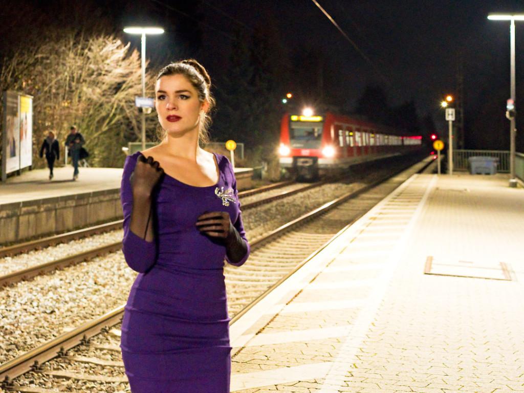 RetroCat in einem glamourösen Abendkleid von Collectif Clothing