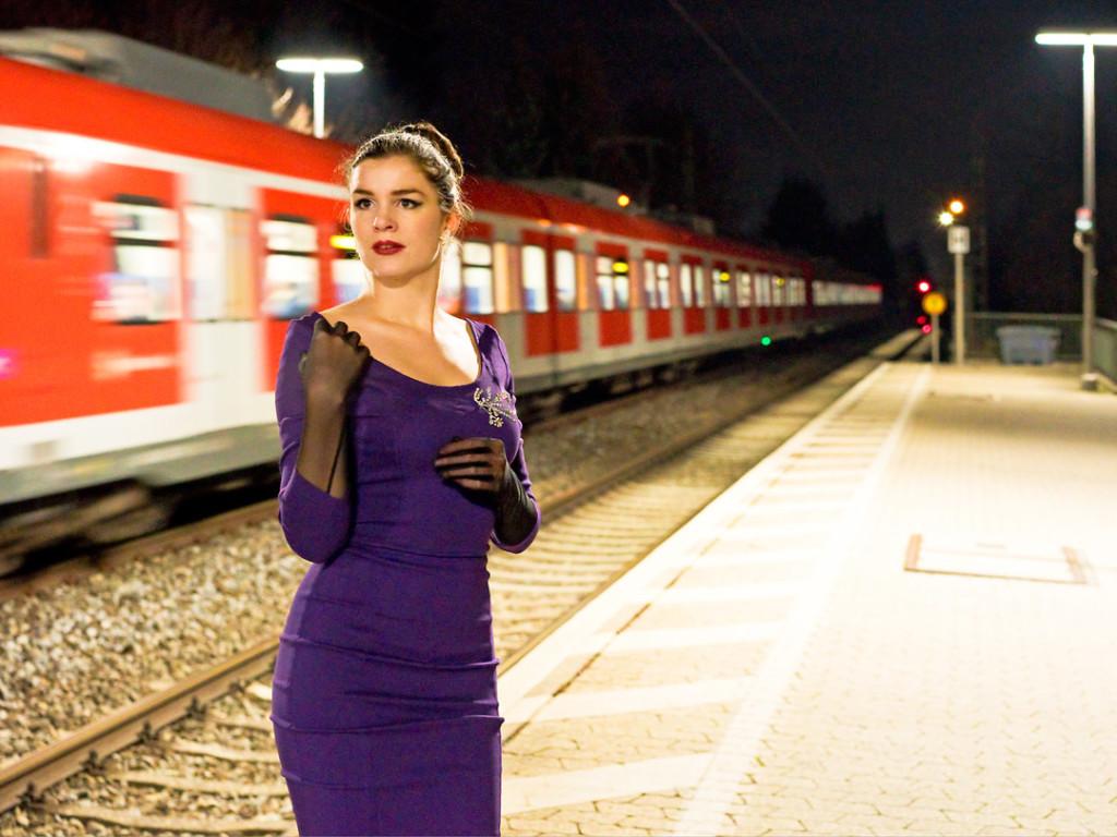 RetroCat mit Abendkleid und langen Handschuhen