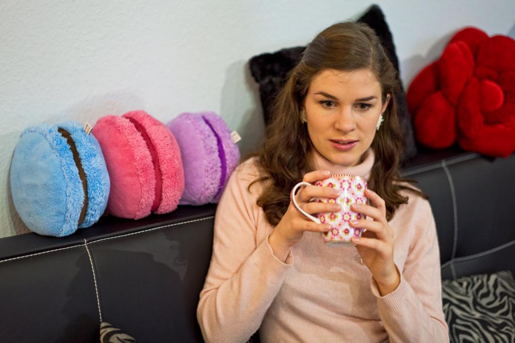 RetroCat in einem rosa Kaschmir-Pullover