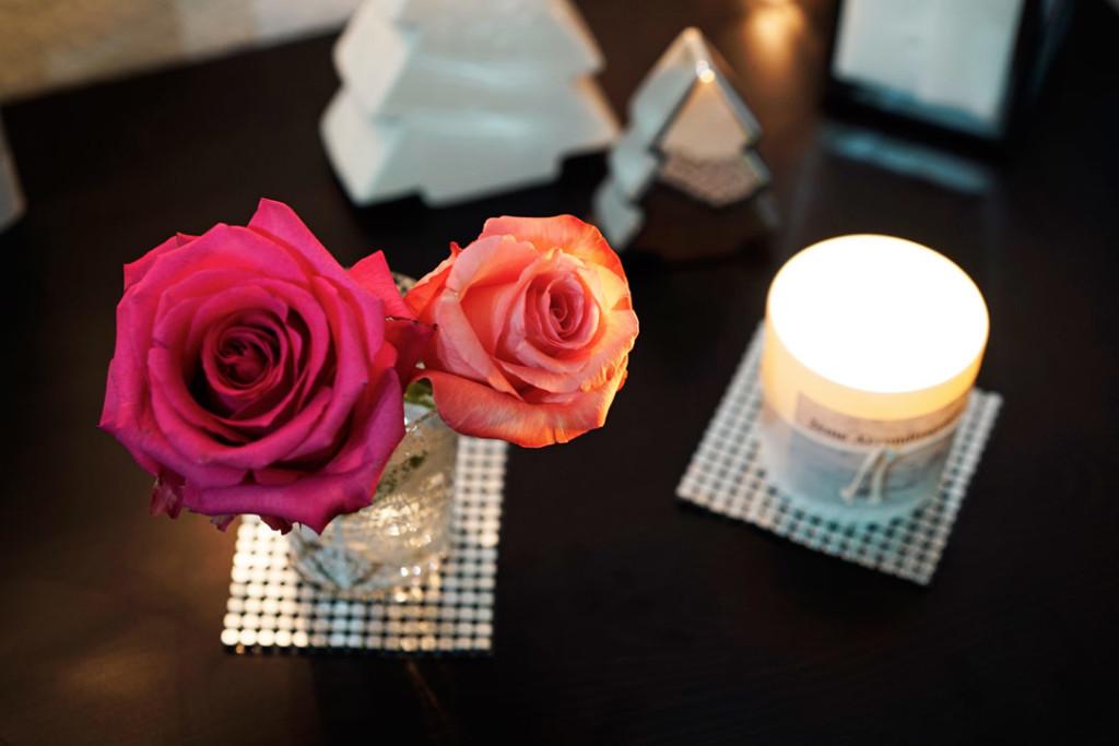 Duftkerzen, Rosen und Weihnachtsdeko für die Wohnung