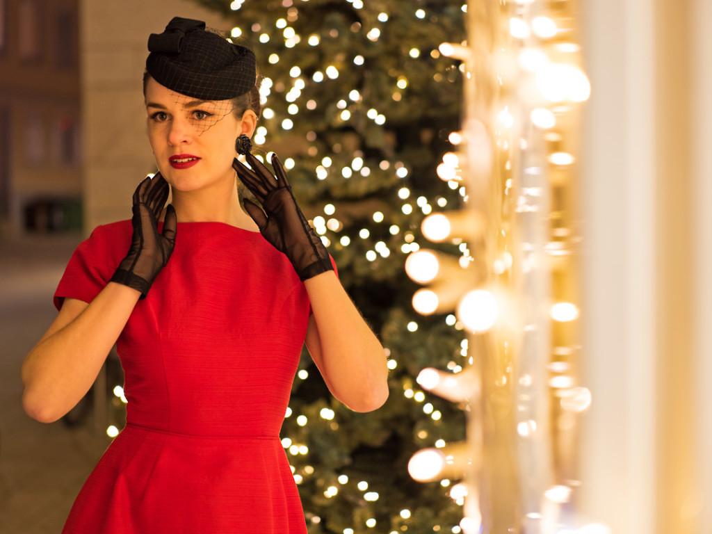 RetroCat mit Vintage-Kleid, Hut und Handschuhen