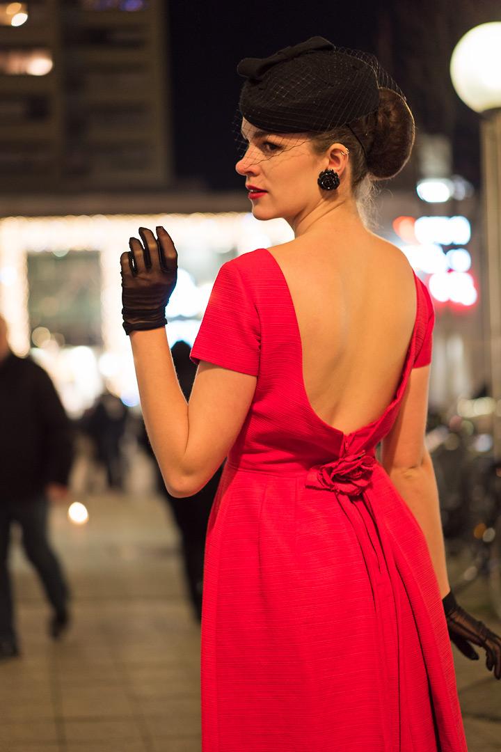 RetroCat im Vintage-Kleid mit Rückenausschnitt