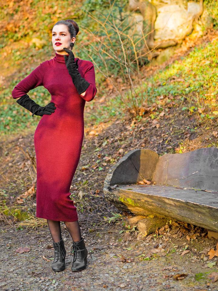 RetroCat im burgunderroten Strickkleid von Collectif Clothing