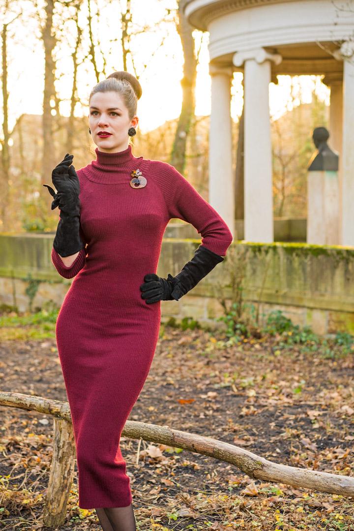 RetroCat mit Strickkleid und langen schwarzen Handschuhen