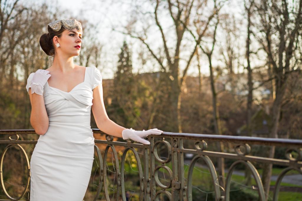 RetroCat mit dem weißen Billion Dollar Dress von Stop Staring! und Handschuhen