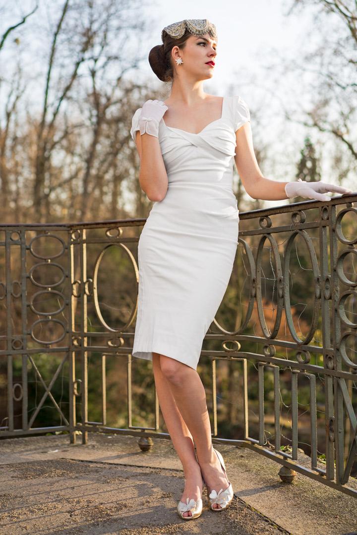 RetroCat in einem weißen Partykleid von Stop Staring!