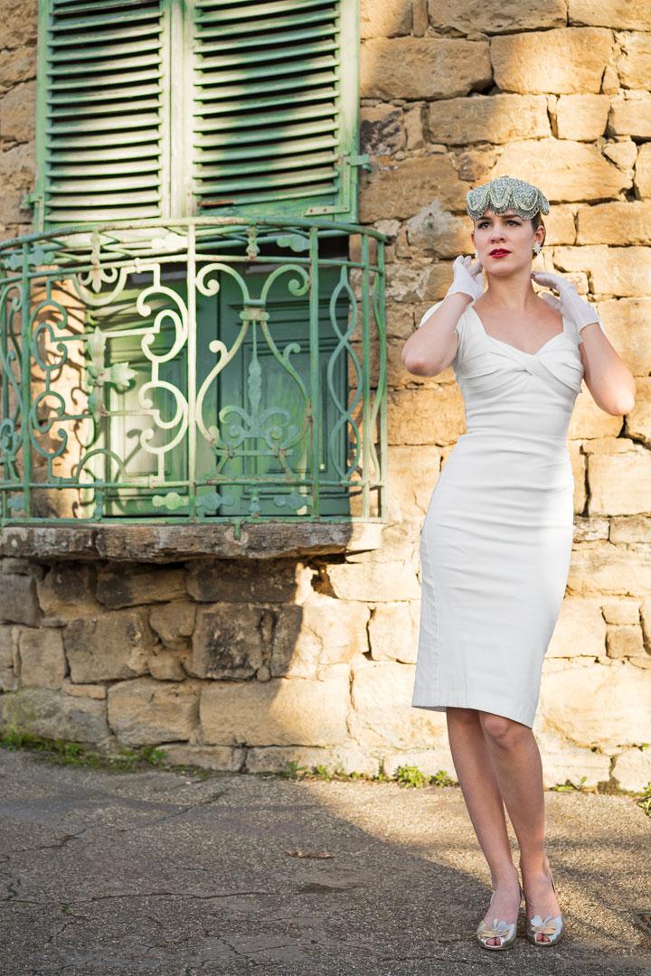 RetroCat mit weißem Kleid und goldenen Schuhen