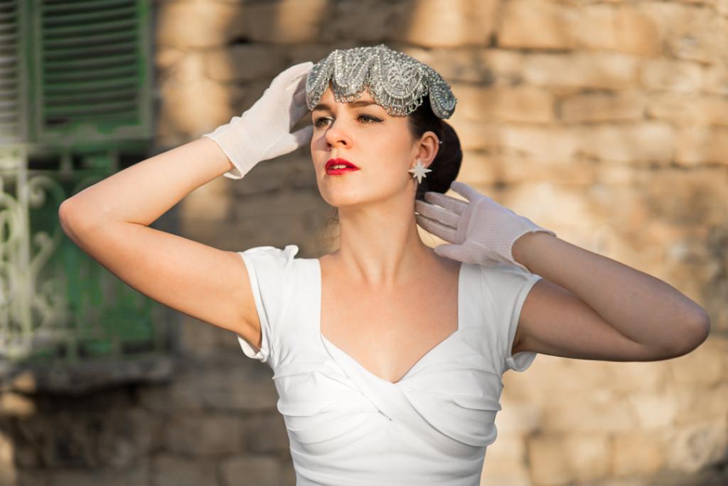 RetroCat mit weißem Kleid und Vintage-Hut