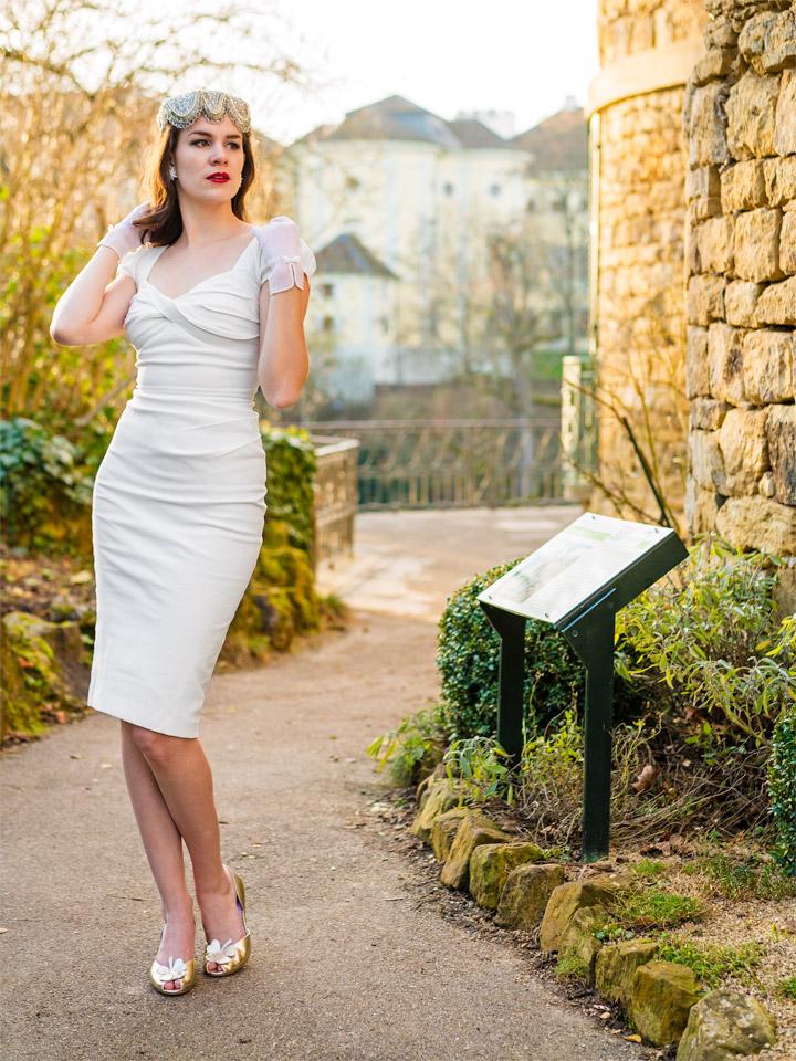 RetroCat in einem Party-Kleid von Stop Staring!