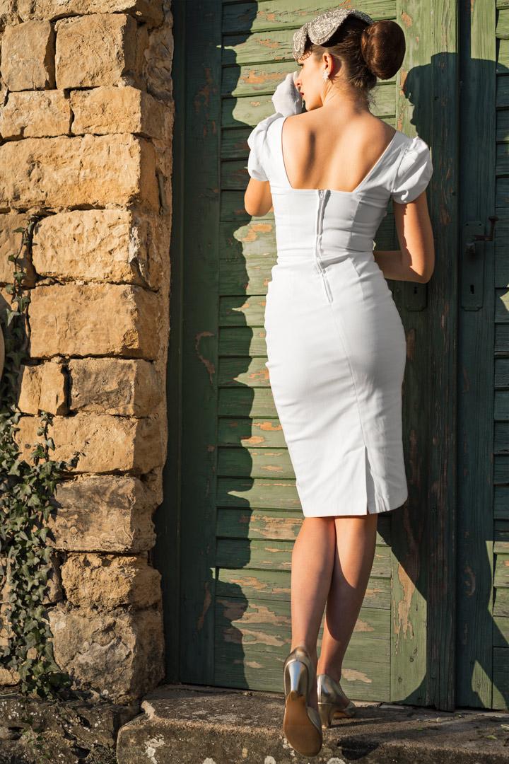 RetroCat im Kleid von Stop Staring! mit Rückenausschnitt