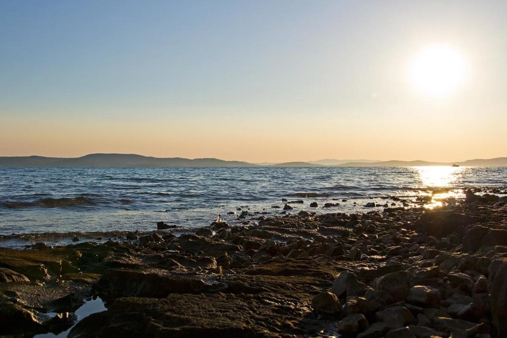 Ein steiniger Strand in Kroatien