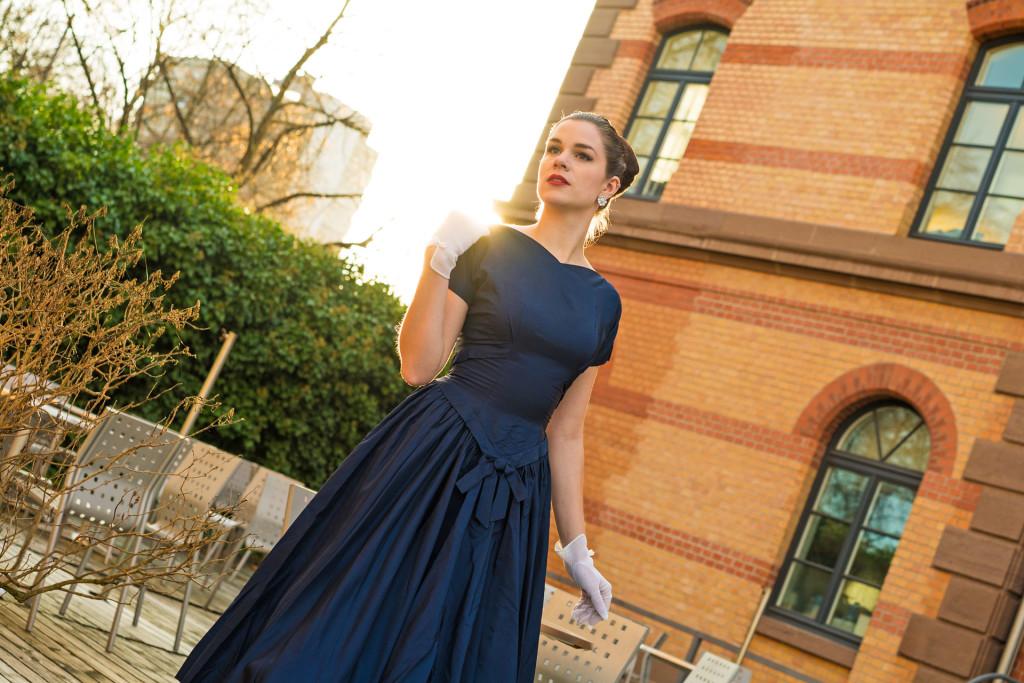 RetroCat in einem originalen Vintage-Kleid