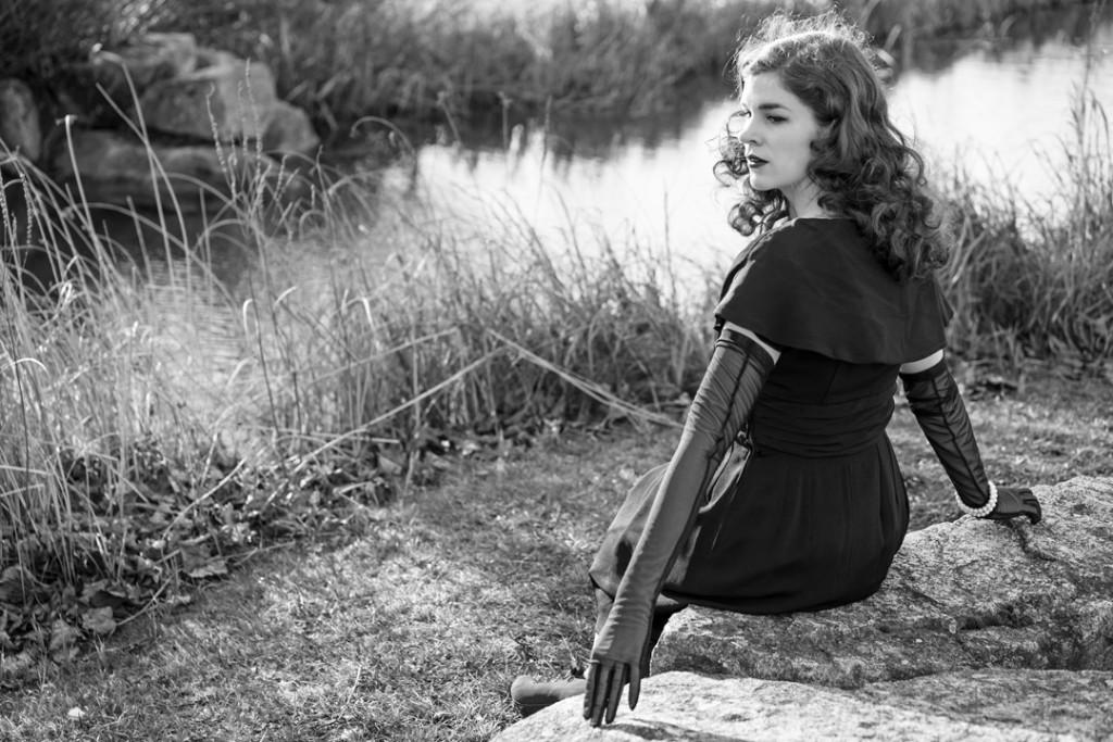 RetroCat mit glamourösen Handschuhen und Vintage-Kleid