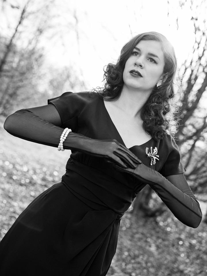 RetroCat mit Locken und Vintage-Kleid