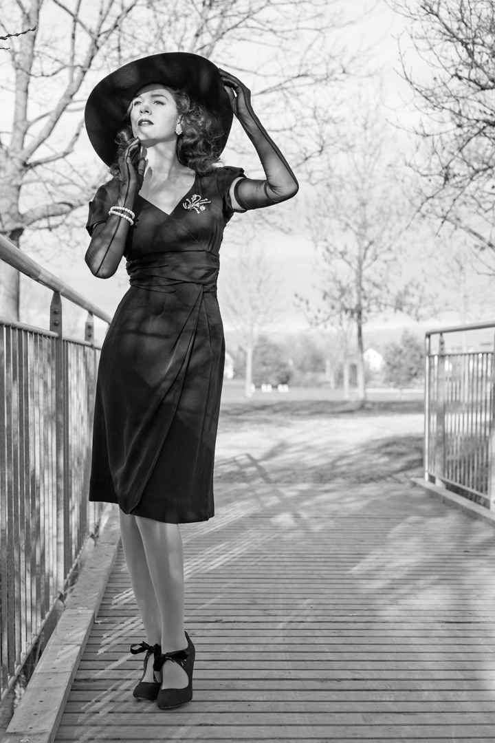 RetroCat in einem Vintage-Kleid aus den 40ern