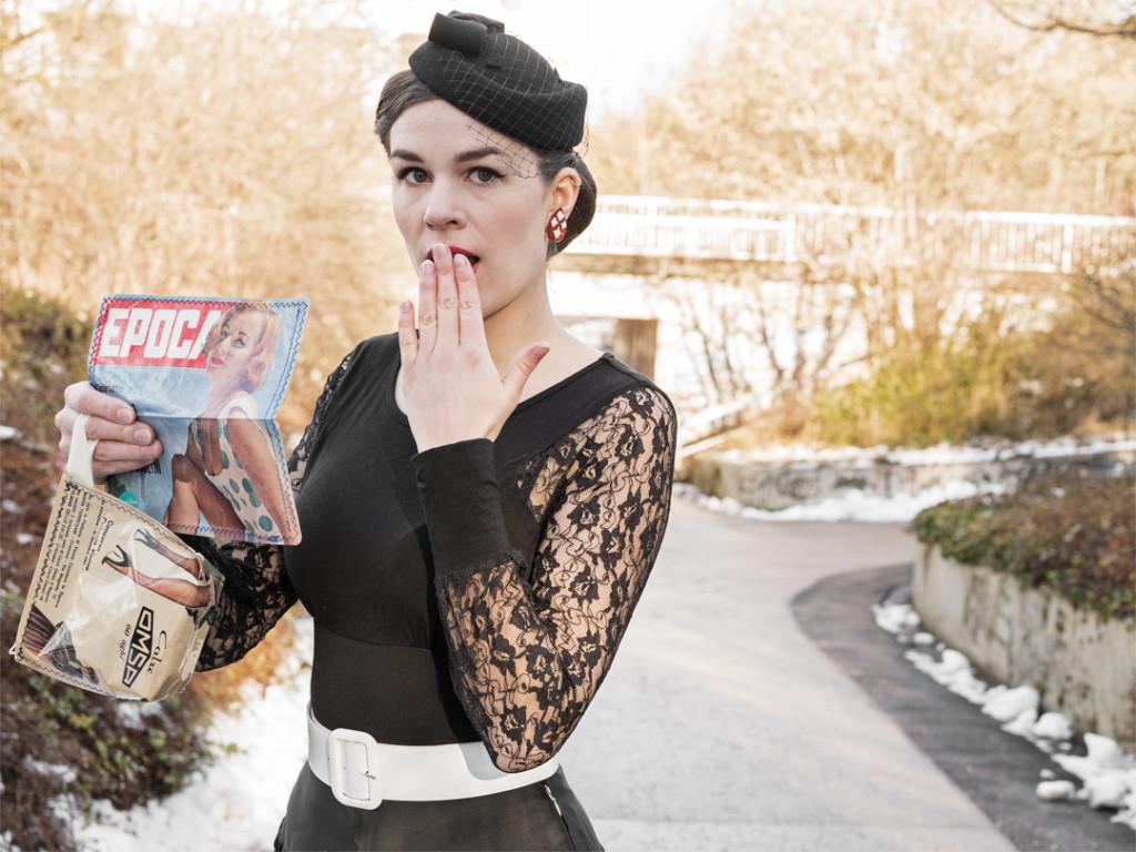 RetroCat mit einem Geldbeutel aus alten Zeitschriften
