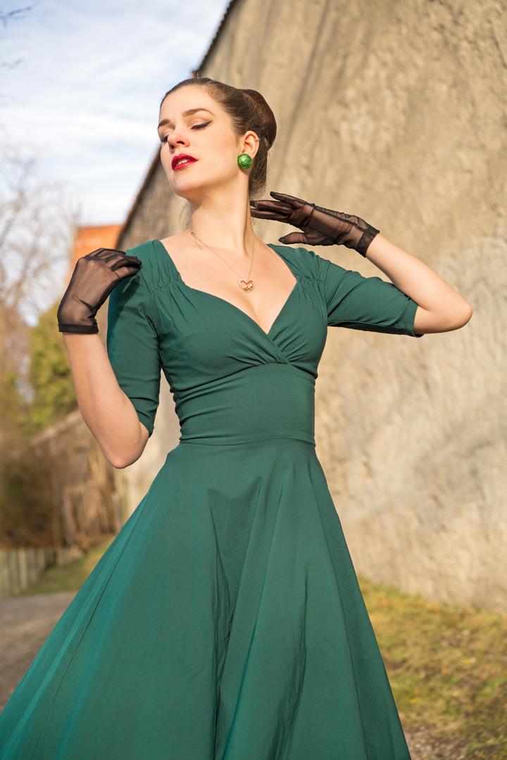 RetroCat mit grünem Swing-Kleid und Retro-Accessoires