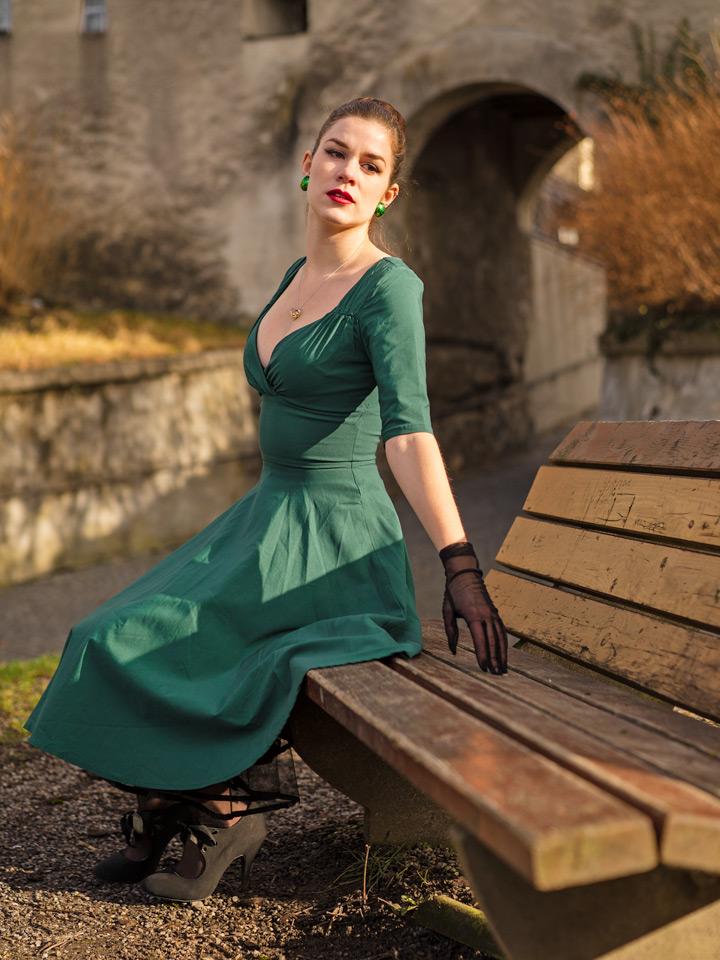 RetroCat in einem grünen Retro-Kleid