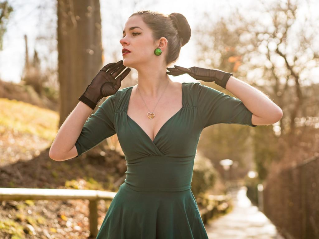 RetroCat mit Kleid von Collectif Clothing und Handschuhen